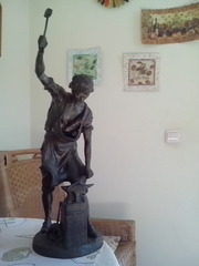 Старинная статуя Кузнец